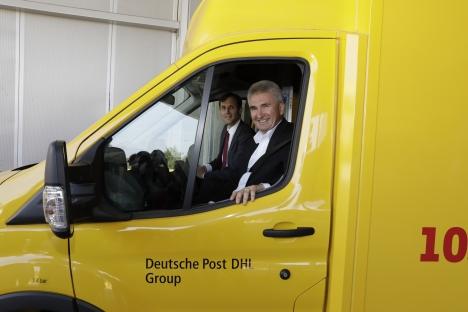 NRW-Wirtschaftsminister Andreas Pinkwart (vorne) und Tobias Meyer, Konzernvorstand Post & Paket Deutschland von Deutsche Post DHL, begutachten den 10.000sten StreetScooter. Foto: Deutsche Post DHL